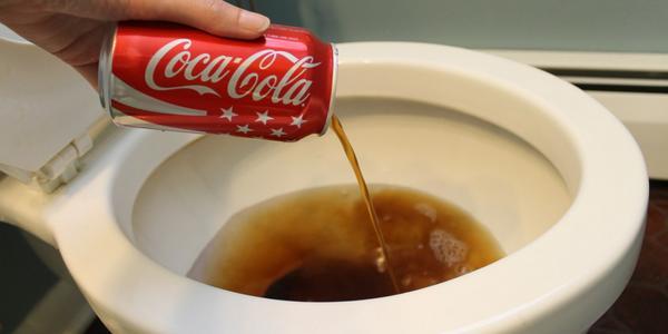 Como desatascar un fregadero con Coca Cola